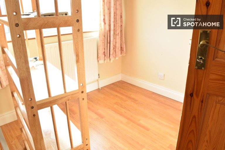 Single Bed in Rooms for Rent in Couple-Friendly House With Parking in Mulhuddart Wood, Dublin