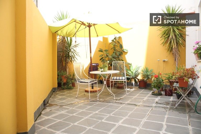 Bright one bedroom apartment with gorgeous private garden