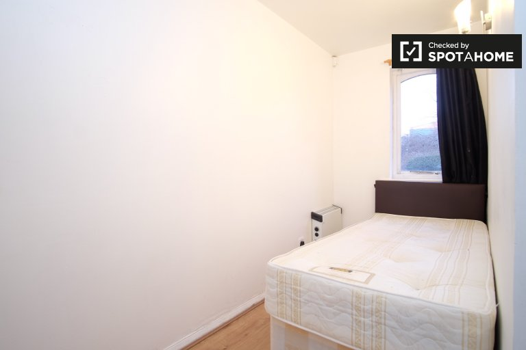 Bright room in 5-bedroom flatshare in Lewisham, London