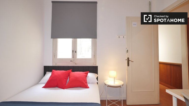 Room to rent in 7-bed apartment in lovely Eixample Esquerra