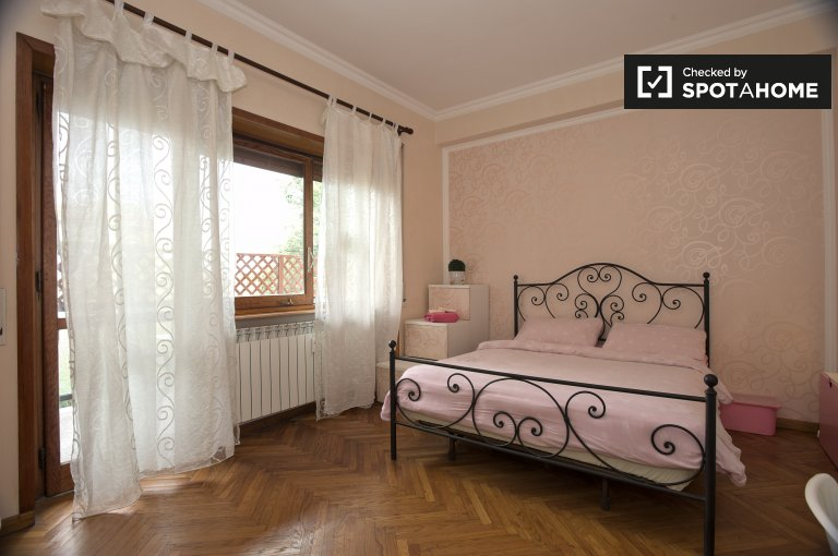 Double Bed in Sunny room for rent in 2-bedroom apartment in Appio Tuscolano