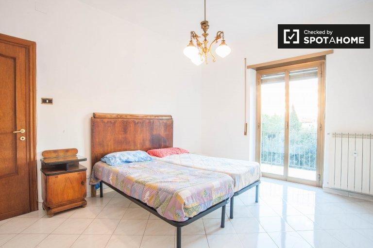 Umeblowany pokój w 4-pokojowym apartamencie w Tuscolano w Rzymie