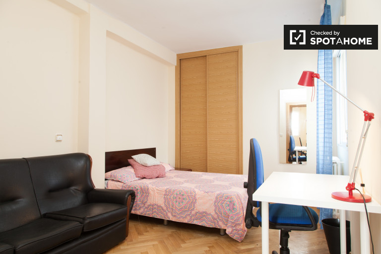 Inviting room in 6-bedroom apartment in Imperial, Madrid