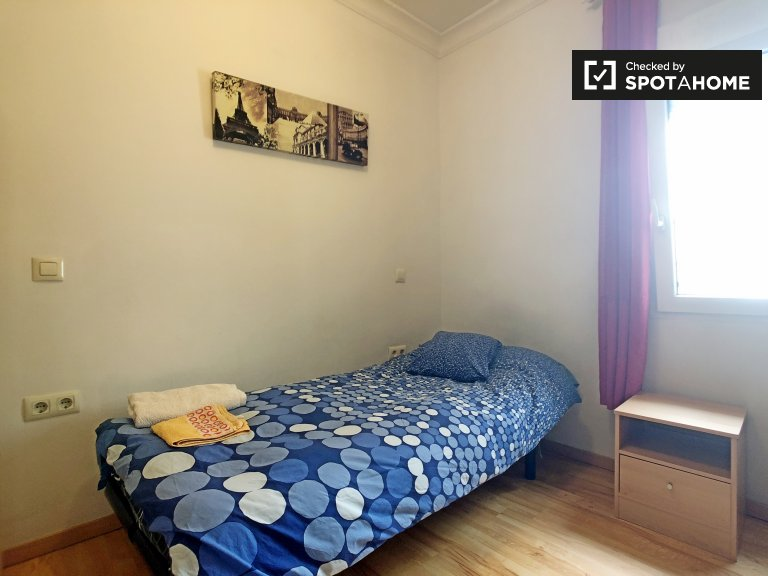 Cosy room in 4-bedroom apartment in Acacias, Madrid