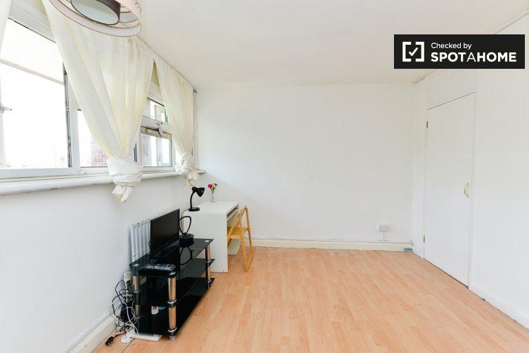Przestronny pokój w apartamencie z 3 sypialniami w Leyton w Londynie