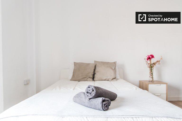 Se alquila habitación en apartamento de 4 dormitorios en L'Eixample.