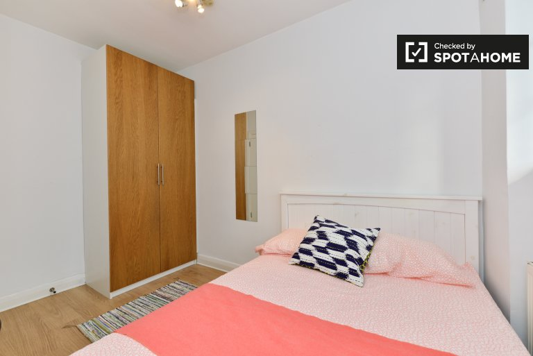 Double Bed in Rooms for rent in bright 3-bedroom apartment in Angel, London