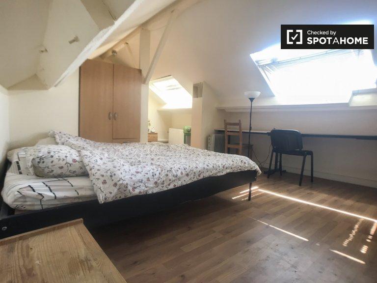 Słoneczny pokój w 17-pokojowym domu w Etterbeek w Brukseli