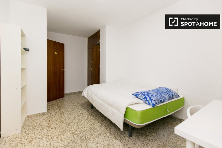 Furnished room in 5-bedroom apartment in Centro, Granada