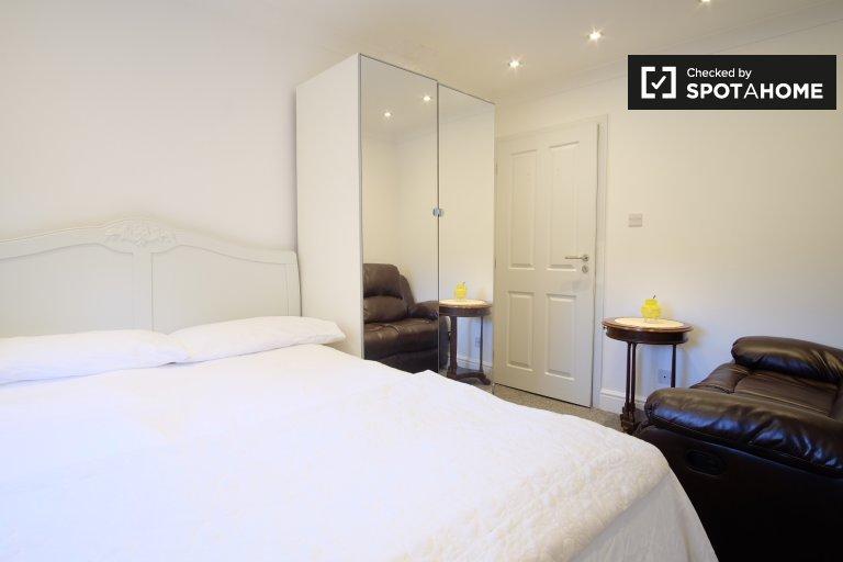 Salle blanche à louer dans un appartement de 3 chambres à Lewisham, Londres