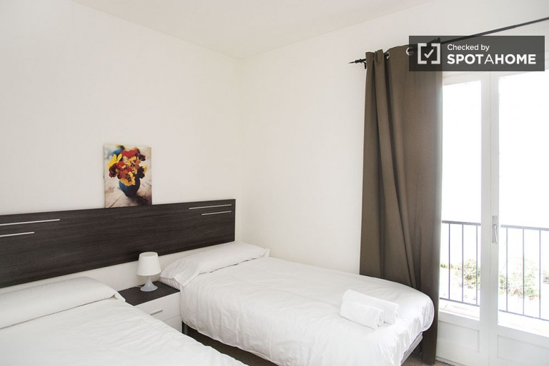 Bright four bedroom apartment in Gràcia, bills included