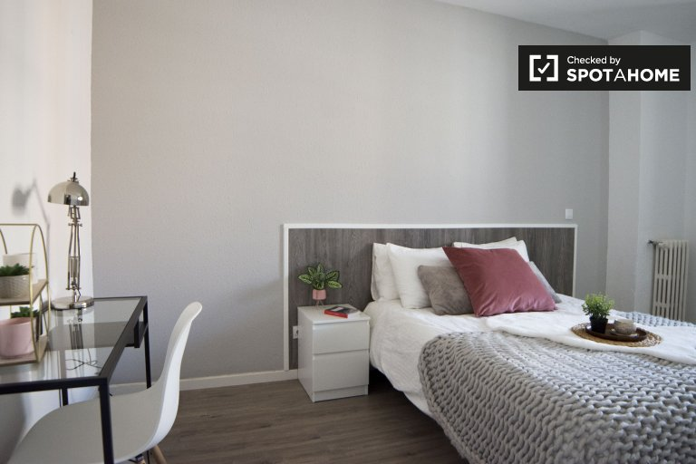 Double room for rent, 8-bedroom apartment, Delicias, Madrid