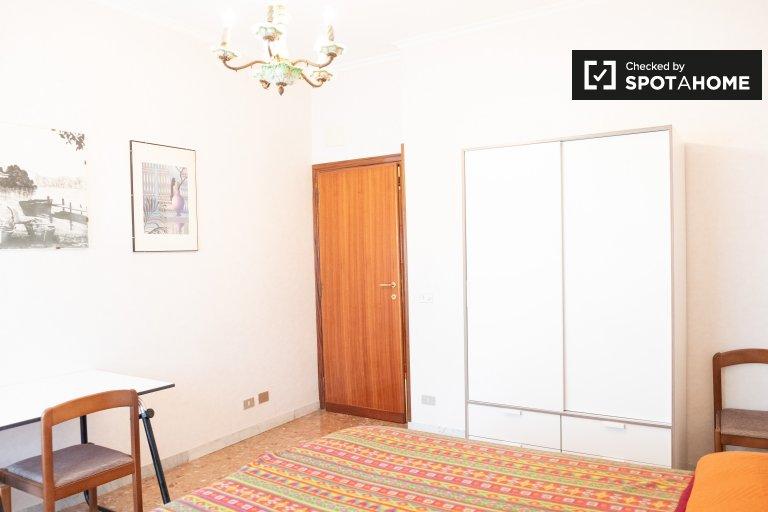 Quarto para alugar em apartamento de 4 quartos em Capannelle, Roma