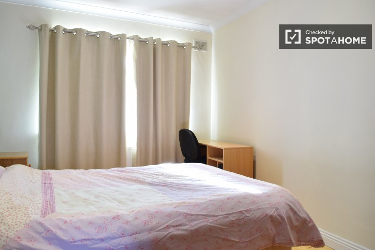 Double Bed in Rooms for Rent in Couple-Friendly House With Parking in Mulhuddart Wood, Dublin