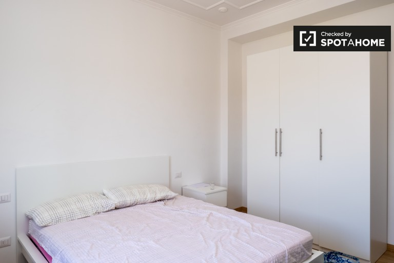 Double Bed in Rooms to rent in 5-bedroom apartment right by Porta Ticinese, close to Università Bocconi