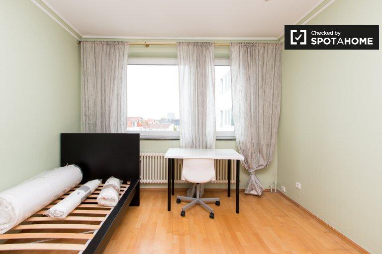 Sunny room for rent, 4-bedroom apartment, Charlottenburg