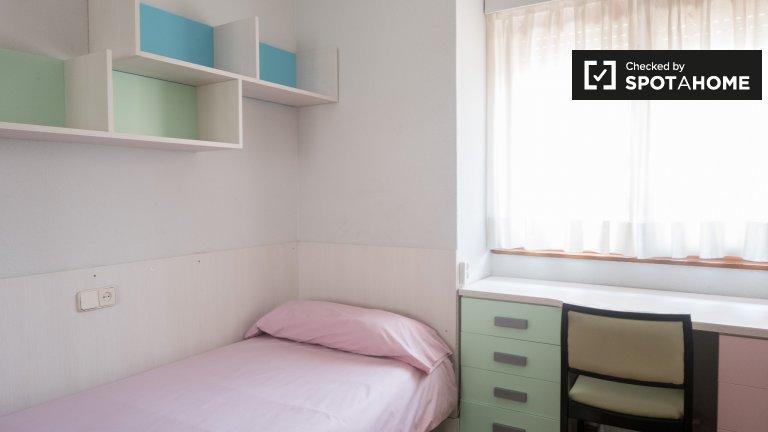 Przytulny pokój w sali studenckiej w Moncloa, Madryt