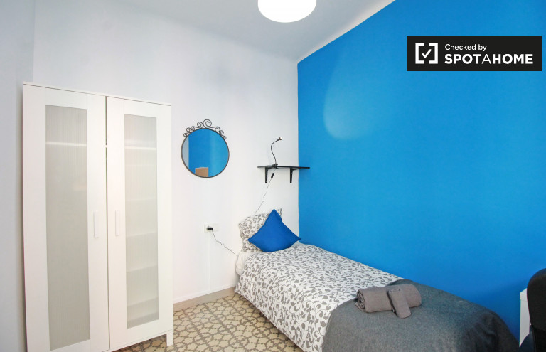 Exterior room in 4-bedroom apartment in Poble Sec, Barcelona