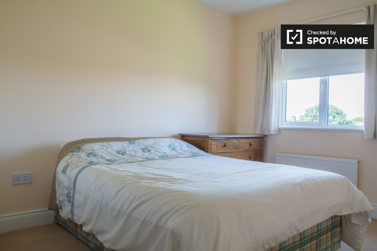Double Bed in Cozy room to rent in 3-bedroom houseshare with balcony in Kilbarrack