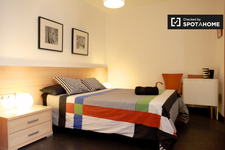 Large room in shared apartment in Barri Gòtic, Barcelona