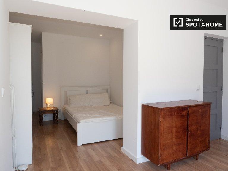 Chambre soignée à louer dans un appartement de 8 chambres à Parede