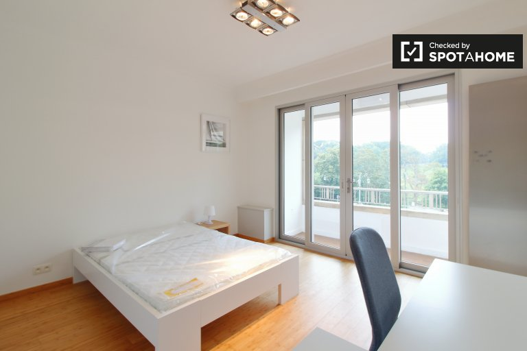 Large room for rent in 4-bed apartment, Woluwe-Saint-Pierre