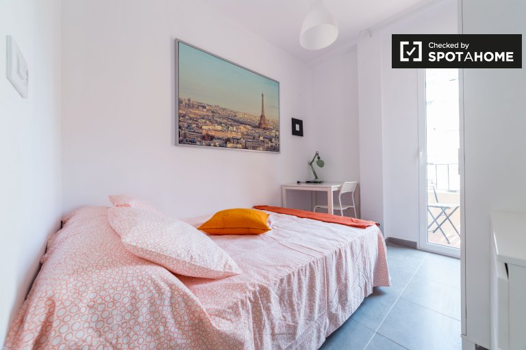 Camera luminosa in appartamento con 4 camere da letto a Algirós, Valencia
