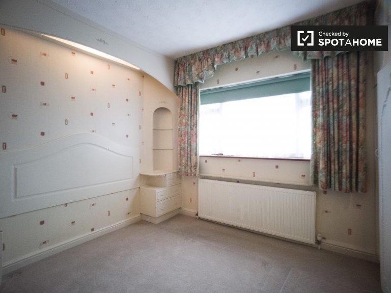 Chambre lumineuse à louer, appartement de 4 chambres à coucher, Redbridge, Londres