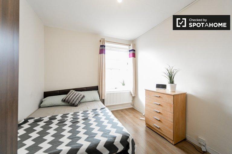 Pokój w 4-pokojowym mieszkaniu w Tower Hamlets w Londynie