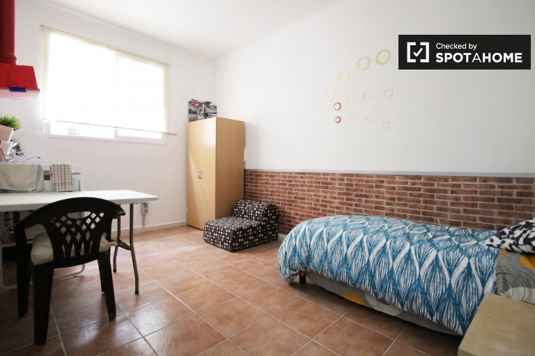 Room with kitchen in 2-bedroom apartment in Nou Barris
