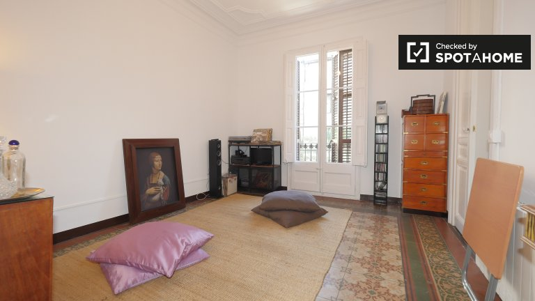 Room to rent in 2-bedroom apartment with balcony in Gràcia