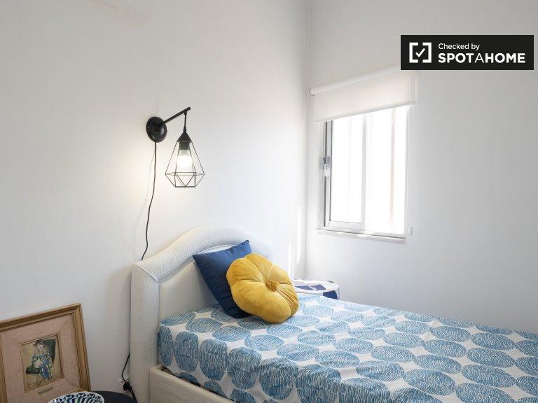 Lizbon Amadora'da 4 yatak odalı dairede güneşli oda