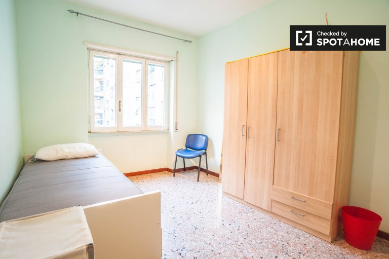 Single Bed in Rooms for rent in a spacious 5-bedroom apartment in Trieste