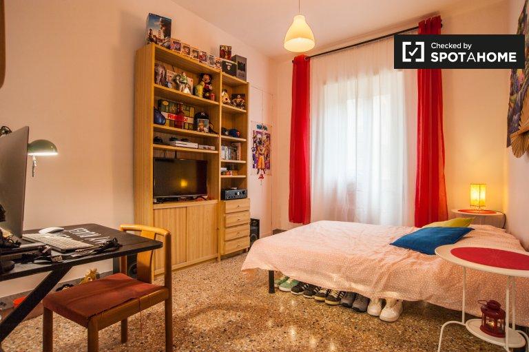 Przytulny pokój w czteropokojowym apartamencie w Ostiense w Rzymie