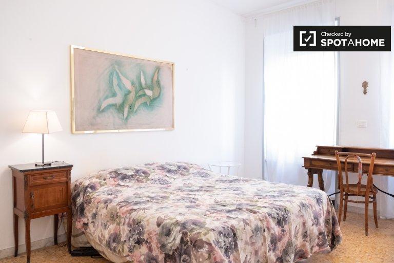 Stanza in affitto in appartamento con 3 camere da letto a Trieste, Roma