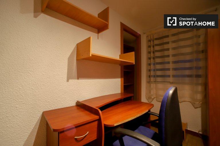 Quarto aconchegante para alugar em apartamento de 3 quartos em Quatre Carreres