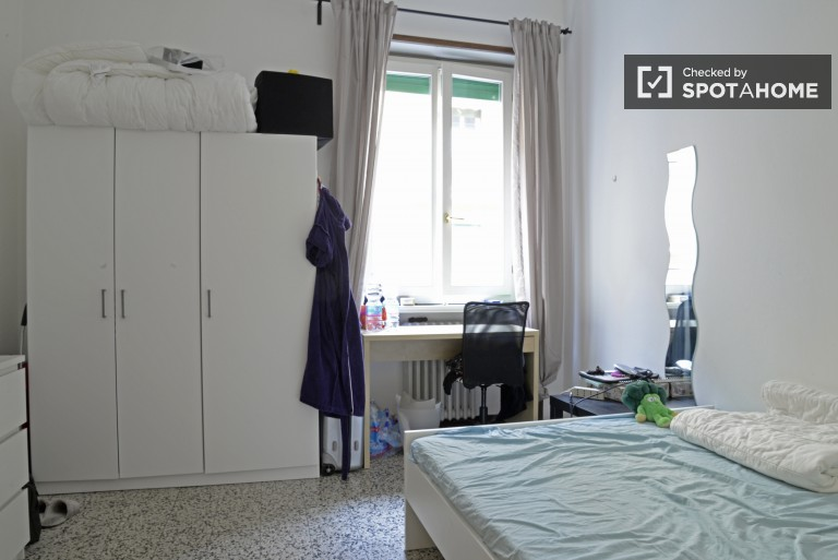 Nice room in 4-bedroom apartment in Porta de Ticinese, Milan