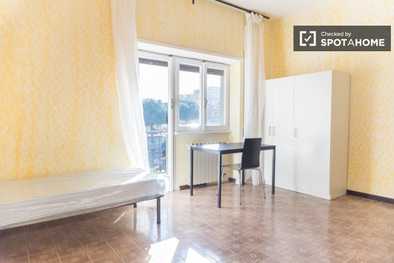 Spacious room in 4-bedroom apartment in Giardinetti, Rome