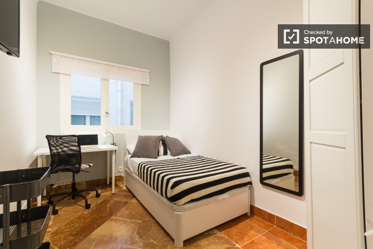 Bedroom 5 with single bed and interior view