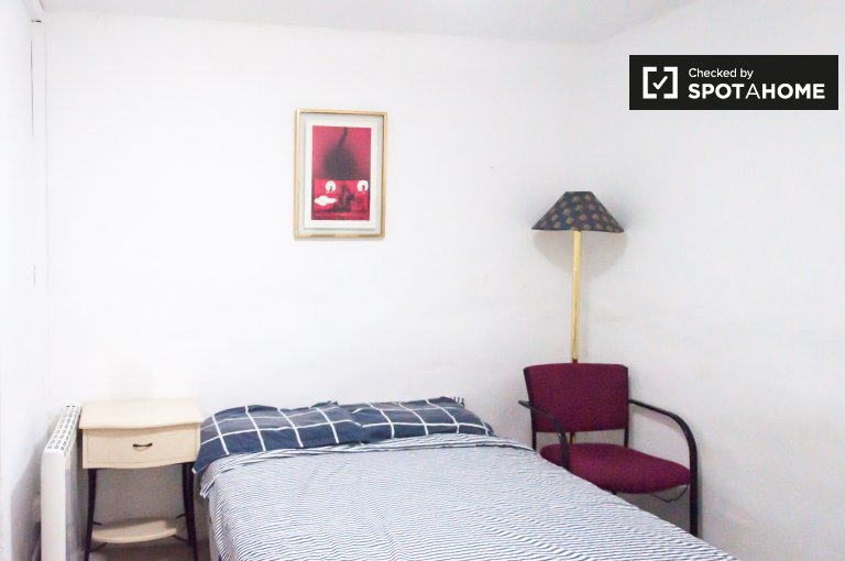 Room for rent in 10-bedroom house in Ventas, Madrid