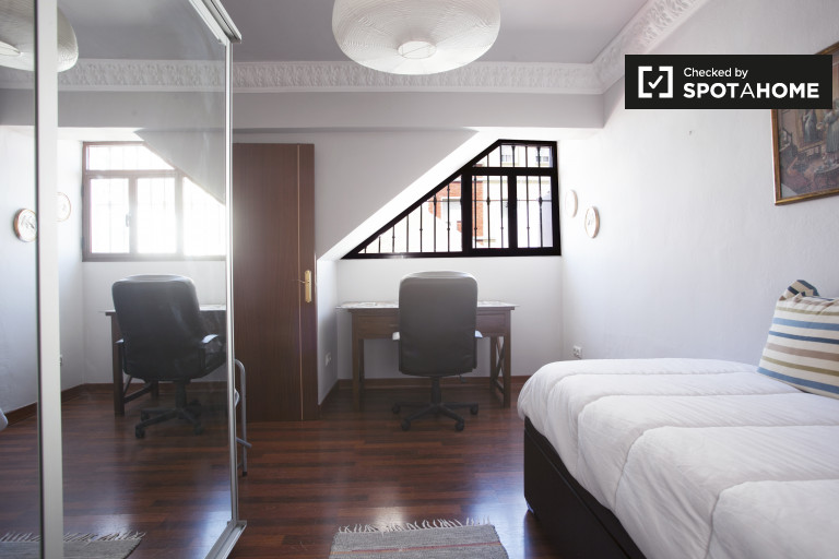 Single Bed in Rooms with ensuite bathroom for rent in 4-bedroom house in San Pablo