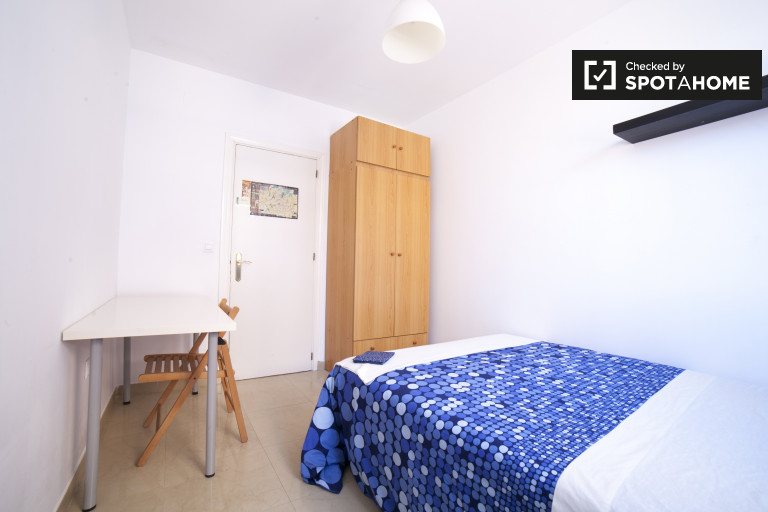 Double Bed in Rooms for rent in 2-bedroom apartment with AC and balcony in Casco Antiguo