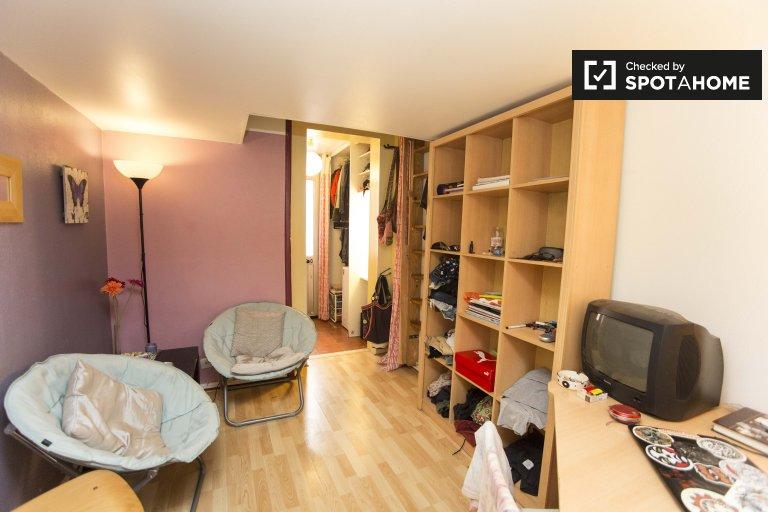 Avenidas Novas'ta 4 yatak odalı dairede rahat oda