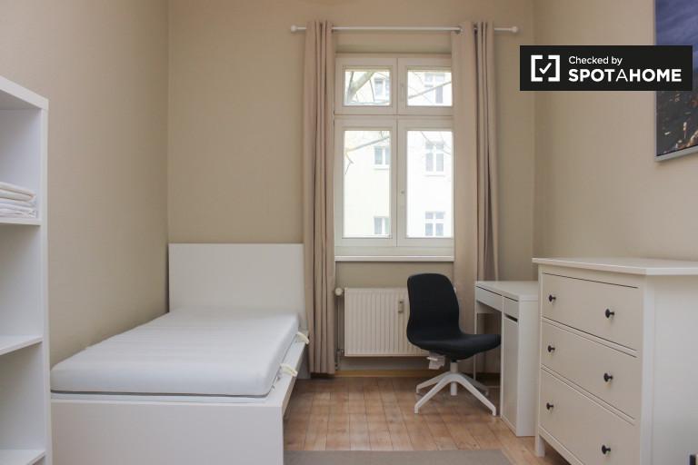 Single Bed in Room for rent in spacious 2-bedroom apartment in Adlershof