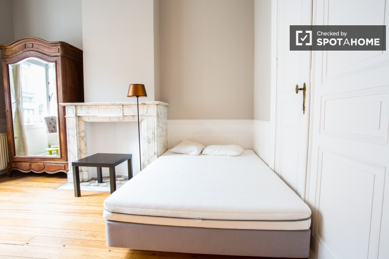 Single Bed in Rooms for rent in a 5-bedroom house with terrace in Brussels EU