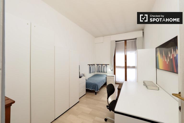 Nowoczesny pokój w apartamencie z 3 sypialniami w Gallarate w Mediolanie