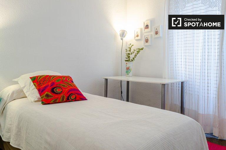 Quarto acolhedor em apartamento de 3 quartos em Extramurs, Valência