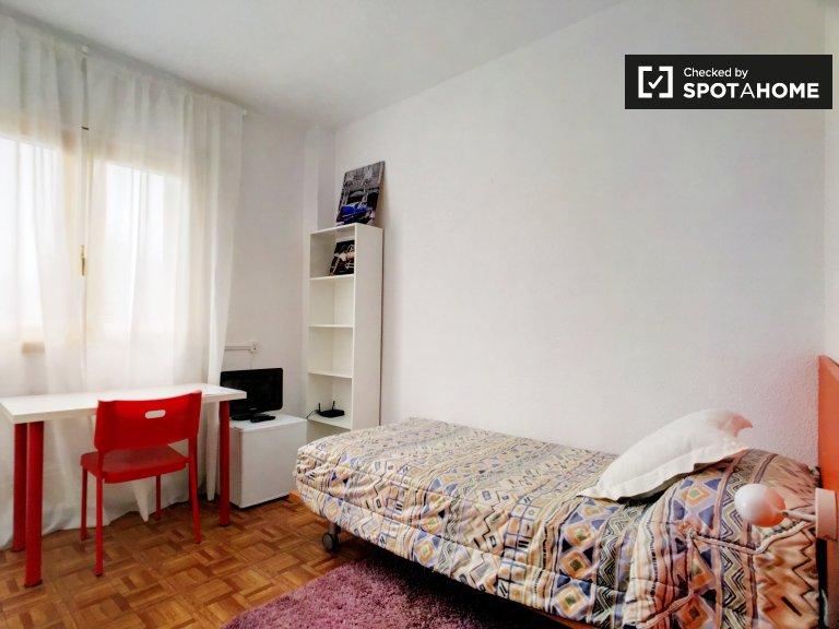 Gemütliches Zimmer zu vermieten in Carabanchel, Madrid