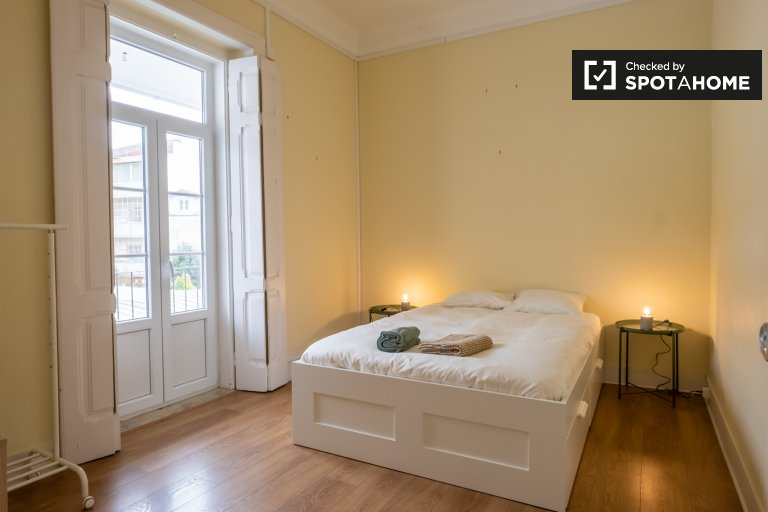 Room for rent in 5-bedroom apartment in Campolide, Lisbon