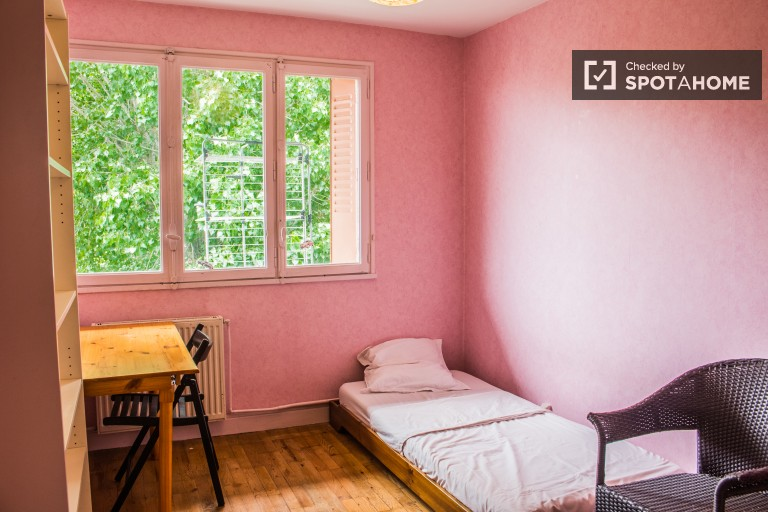 Single Bed in Rooms for rent to students in colourful apartment with balcony in Villeurbanne